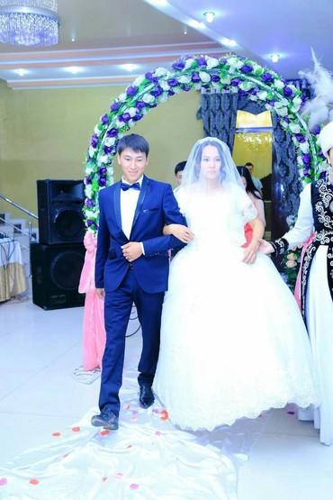 Свадебные платья и аксессуары в Ат-Башы: Продаю платьев идеальном состоянии есть кольцо,3 слоя,пышное (смотря