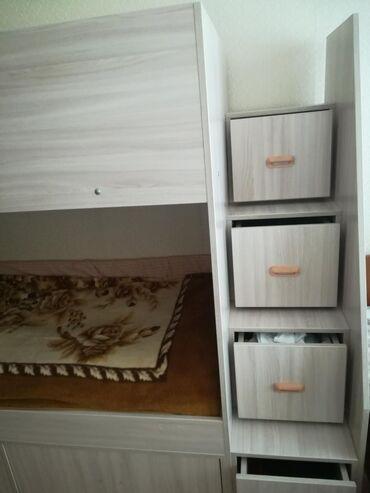 Двухэтажная кровать со шкафчиками - лесенками. Внизу два глубоких