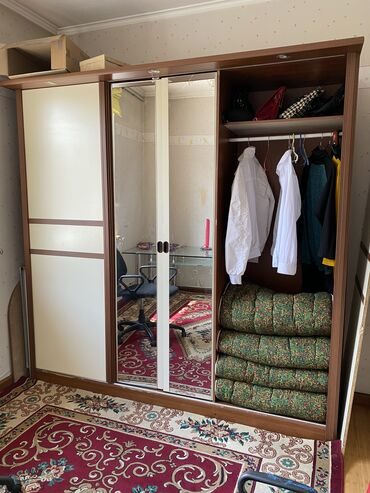 спальные кровати с матрасами в Кыргызстан: Продаю спальний гарнитур 2тумбы. 1комод с зеркалом. кровать 2м со с