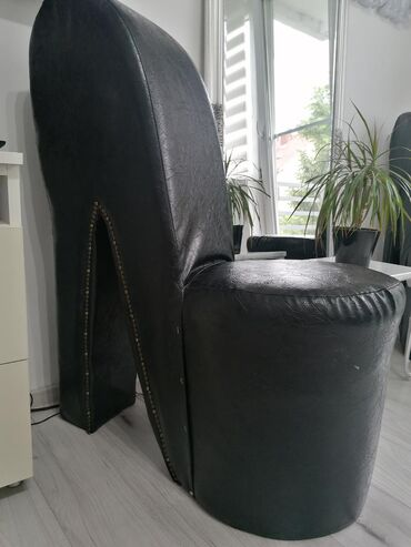 Prelepe kožne fotelje, bez oštećenja. Obe su za 5500