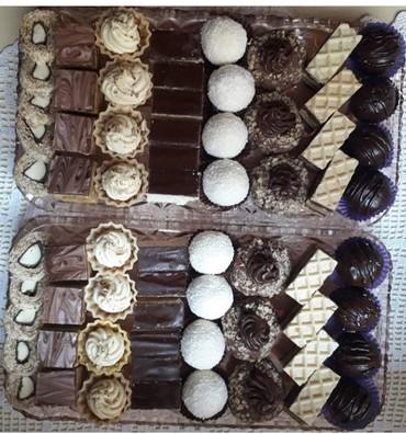 Ketering - Beograd: Sitni kolači, posni i mrsni, više vrsta. U kg. kolača ide 7-8 vrsta