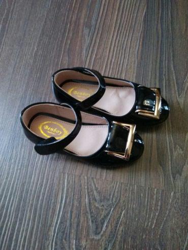 сандалии 27 размер в Кыргызстан: Туфли на девочку на липучках,27 размер, новые