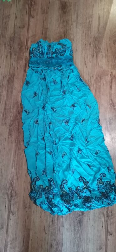 Duga letnja haljina, bez bratela.Jako prijatna za toplo vreme.Ima