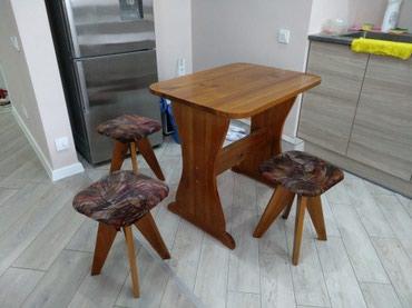 Продаю небольшой стол и 4 табуретки, в Бишкек