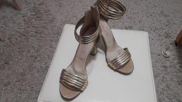 Sandale br.40.Boja sedefasta zlatna