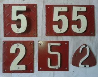 Prodajem metalne brojeve  za kuće sa slike, debljine 8mm, podloga - Nova Pazova
