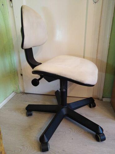 Stolica za radni sto, tapacirana bež štofom, ima mogućnost podešavanja