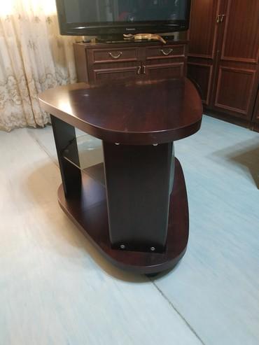 шредеры 12 14 на колесиках в Кыргызстан: Столик под телевизор угловой. Размер 85х60 см. Высота 52 см, на