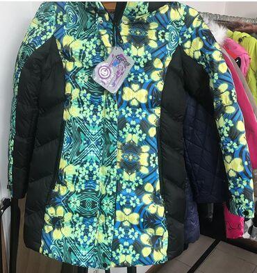 жен куртка в Кыргызстан: Женская зимняя куртка. Размер 50/ XL. Капюшон отстегивается, очень мно