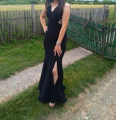 Duga haljina, suzava u struku, lepo izrazava obline, 2 puta obucena