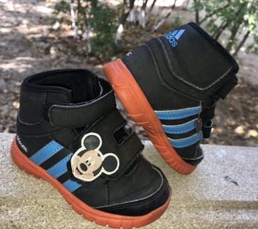 детские теплые тапочки в Азербайджан: Теплые кроссовки Адидас AdidasОригинал! Размер 24В очень хорошем
