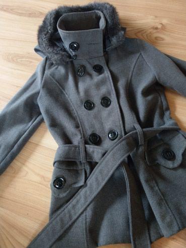 Ženska odeća   Kucevo: Kratak kaput sa kapuljacom koja se skida.Sive boje,malo nosen