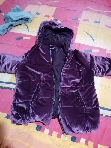 Super topla jakna, prelepe bordo boje, na slici je ovako zbog blica
