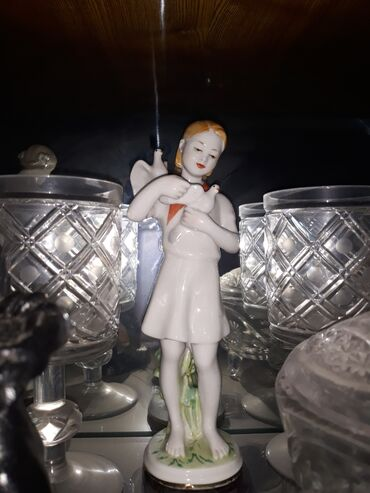 Статуэтка СССР пионерка с голубями в очень хорошем состоянии 13 тыс