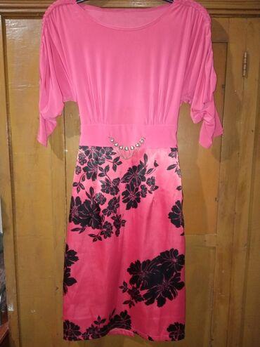 Платье хорошем состоянии,до колени, возможно чуть ниже колен,размер-44