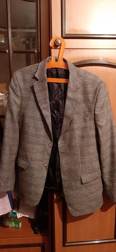 Рубашки по 50 сомов, пиджак 200сомов, всё остальное по 100сомов