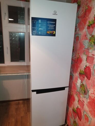 Б/у Белый холодильник Indesit