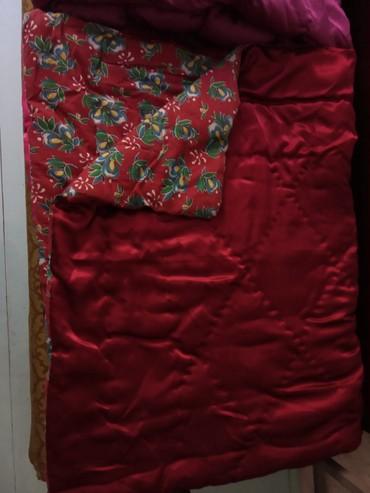 двуспальное одеяло из шерсти в Кыргызстан: Красное одеяло из верблюжьей шерсти. Не толстое. Торг возможен