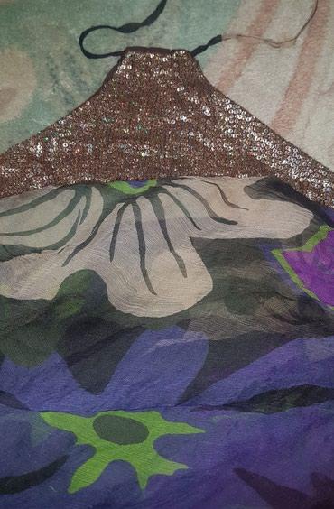Alysi cvetna top majica, na vrhu su sljokice i vezuje se oko vrata. Sa - Belgrade