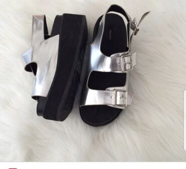 527 объявлений: Продаю быушные сандали оригинальной американской марки Forever 21