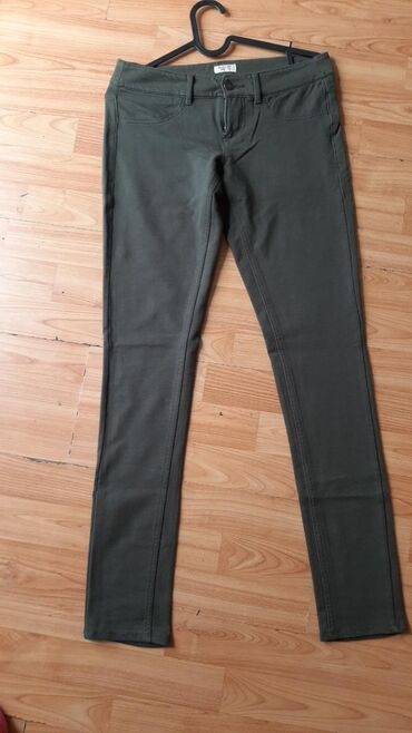 Maslinasto zelene pantalone sa puno elastina. Nove samo oprane. Za