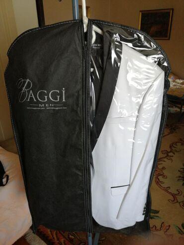 Leptir masna - Srbija: Elegantno odelo, beli sako, crna kosulja, crne pantalone, pojas, dve