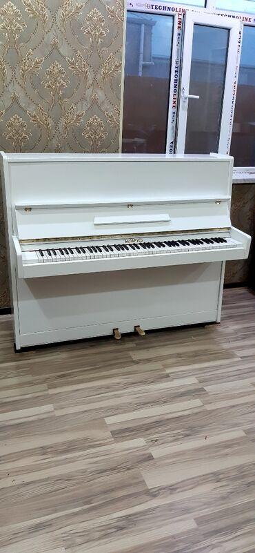 Ağ parlaq Belarus pianino