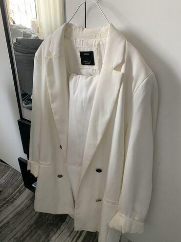 Женская одежда - Кыргызстан: Продаю белый брючный костюм двойку. Привезли на подарок с Италии. Наде