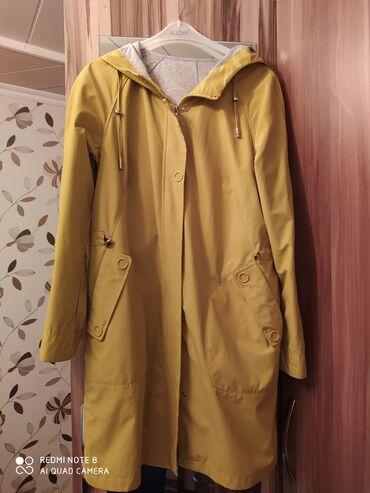 Женские куртки в Кыргызстан: Продаю курточку. С карманами. Цвет горчичный. 46-48 размер. Ткань