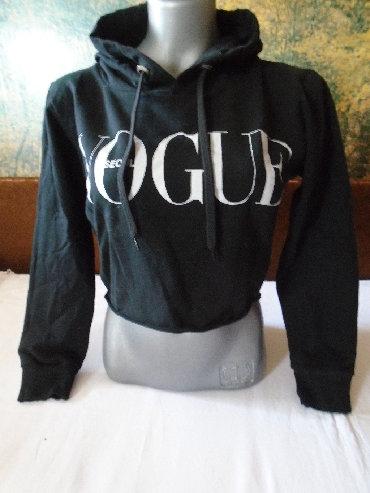 Duks sa kapom - Srbija: Presladak crni crop top duks sa kapuljačom, sa natpisom Vogue, nošen
