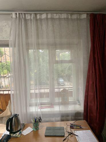 Комплект из 2 красных штор и 1 белой в полный рост