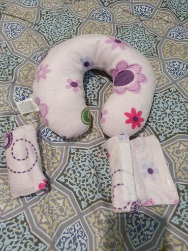 Детская подушка-подголовник с подкладками для ремней от автокресла