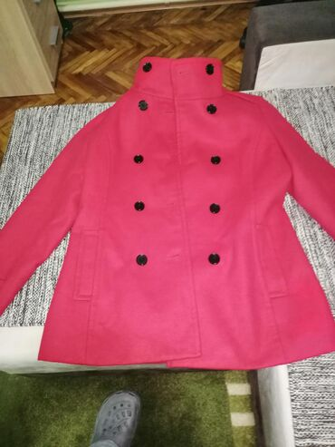 Prodajem Montego crveni kaput veličina je 38 ili L. Kaput je bukvalno
