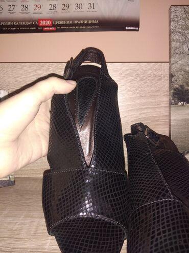 Crne, kožne, elegantne sandalice. Imaju blagi sjaj. Apsolutno nikad no