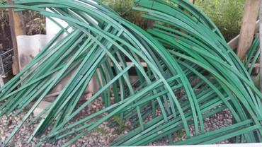 Metalni drzaci za protivgradne mreze.Zbog ukidanja malinjaka na