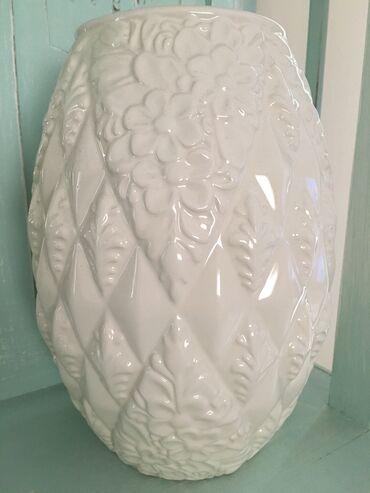 Λευκό βάζο στρογγυλό με πολύ ομορφα στοιχεία πάνω του από zara home