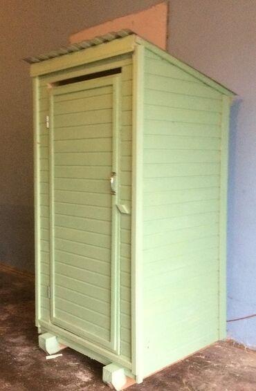 Уличный деревянный туалет в наличии