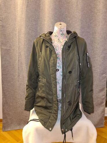 Bershka zimska jakna sa kapuljačom, velicina M, maslinasto zelene