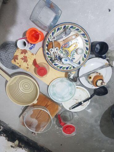 подставка для посуды в Кыргызстан: Продаю б/у посуду. 700 сомов за все Блюдо, дуршлаг, стаканы, несколько