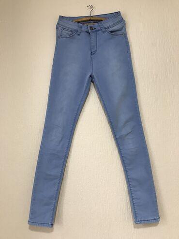 Женская одежда в Каракол: Джинсы(материал стрейч). Цвет небесно голубой. Носила 1 раз (не