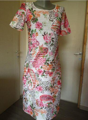 Duks haljina - Kraljevo: Rebrasta cvetna haljina MPostavljena, bela rebrasta haljina u M