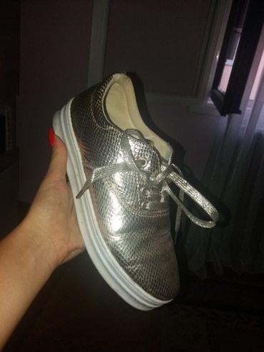 Ženska patike i atletske cipele | Mladenovac: Zlatne cipele, gumeni djon, zmijska koza.Nosene jednom. Broj 39.NIGDE