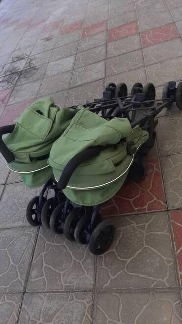 Продаю коляску-двухместку. Минусы в самом крайнем заднем колесе справа