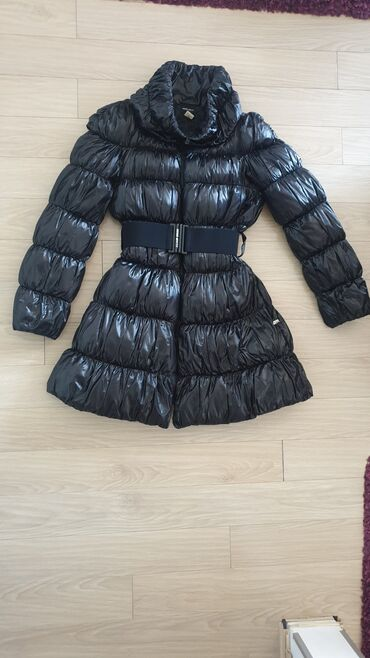 Zimski mantil miss sixty.Crn.L velicina.Duzina 92 cm.Duzina rukava