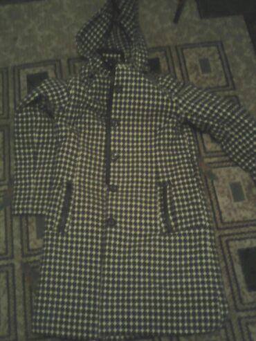 женский пальто в Кыргызстан: Пальто женское клечатый черно-белое 34размер б/у брола за 1000с.продаю
