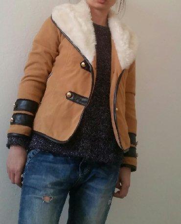 M/L. Braon kratka jakna za prelaz sa belim krznom i stilizovanim