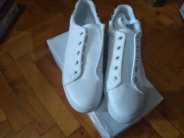 Na prodaju samo jednom obuvene zenske bele modne patike br 42,duzina