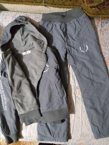 Продаются теплые не промокаемые спортивные костюмы.На рост 120 см
