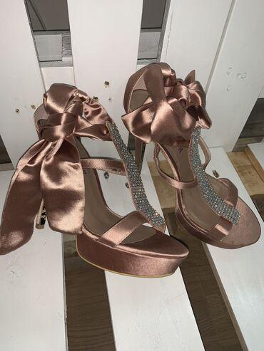 Ženska obuća | Subotica: Nove stikle na vezanje, dostupne u br 39