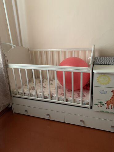 Детская мебель - Бишкек: Продаю кроватку вместе с матрасом. Малыш в ней не спал